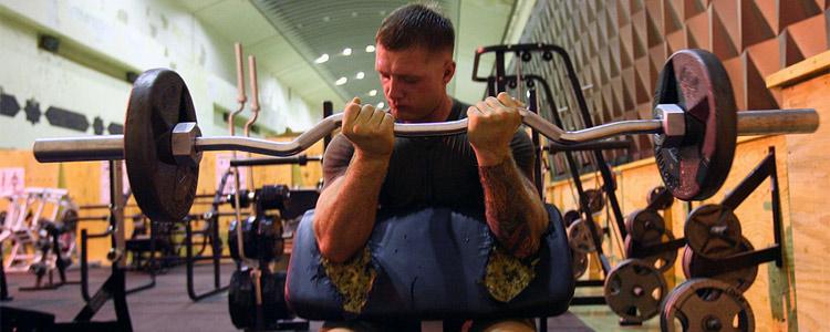 man_bicep_lifting_barbell
