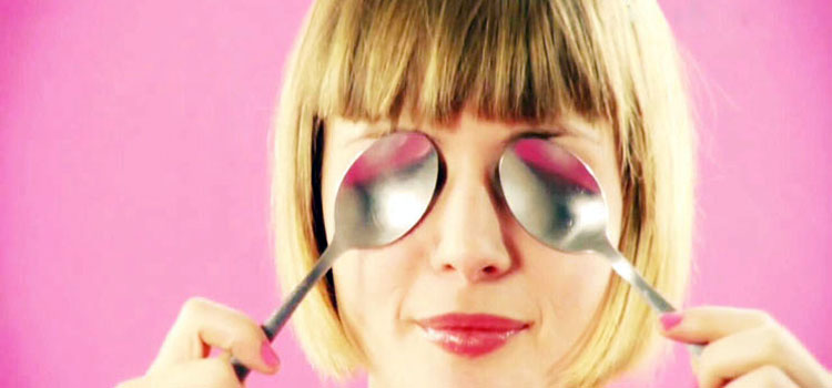 use-Teaspoons-to-remove-puffiness-under-your-eyes